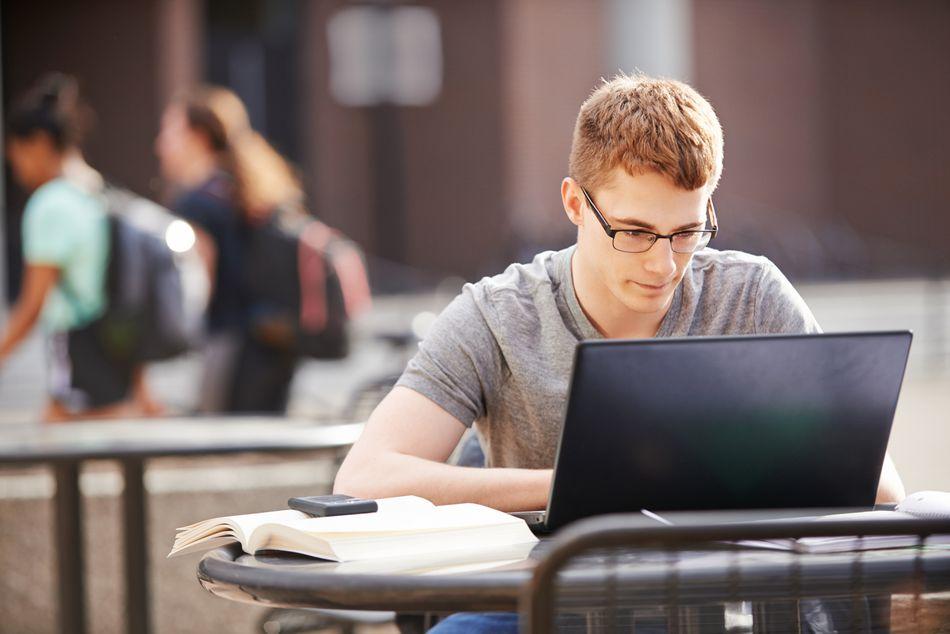 Молодой парень учится дистанционно